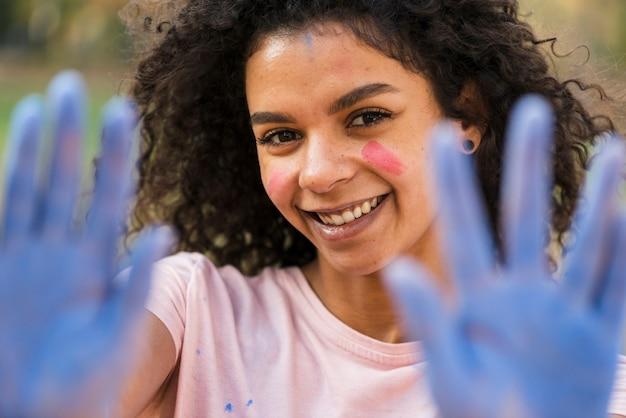 Defocused kobieta pokazuje błękit zakrywać ręki Darmowe Zdjęcia