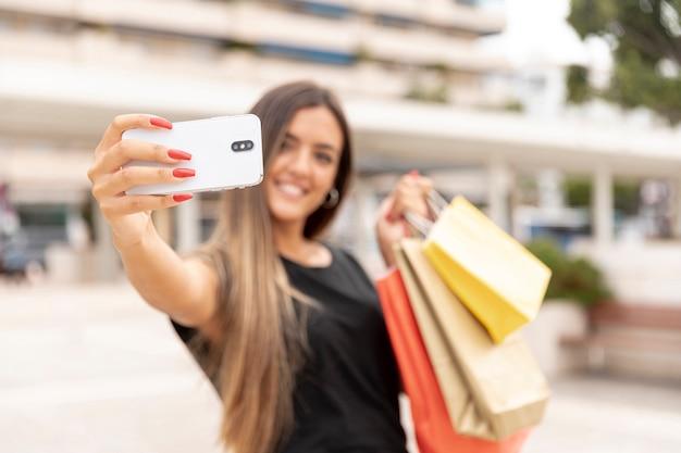 Defocused Szczęśliwa Dziewczyna Bierze Selfie Darmowe Zdjęcia