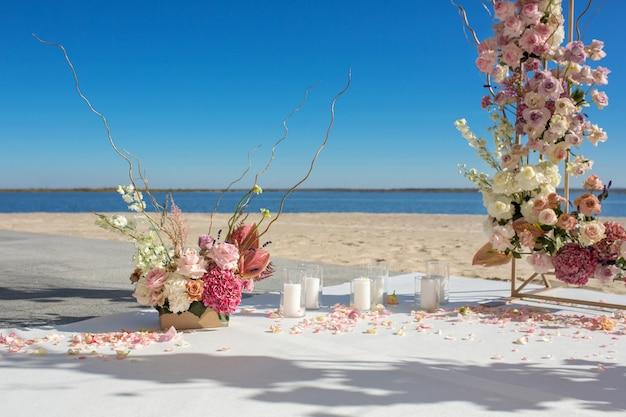 Dekoracja Imprezy. Chuppa ślubna W Riverside Ozdobiona świeżymi Kwiatami Premium Zdjęcia