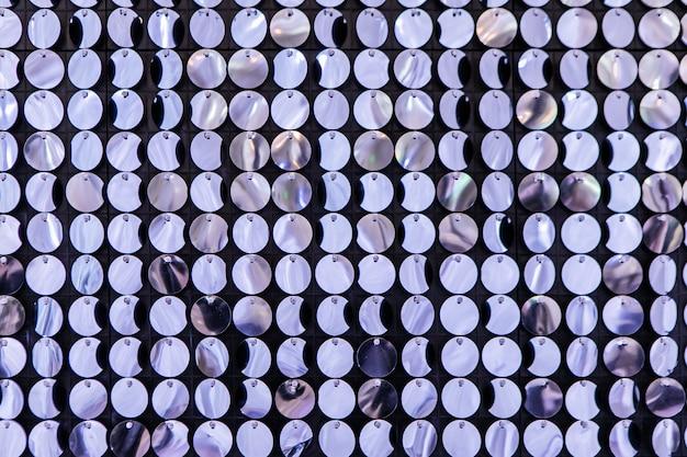 Dekoracja Wydarzenia W Strefie Zdjęć. ścianka Prasująca Wykonana Z Wielu Okrągłych Błyszczących Cekinów. Jasne Tło Bestinring Blichtr Premium Zdjęcia