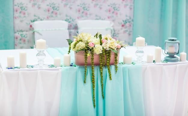 Dekoracje stołu weselnego w kolorze tiffany Premium Zdjęcia