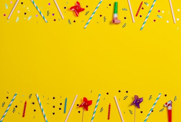Dekoracje Urodzinowe Na żółtym Tle, Widok Z Góry Premium Zdjęcia