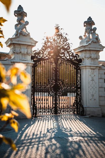 Dekoracyjna brama w zachodzie słońca Premium Zdjęcia