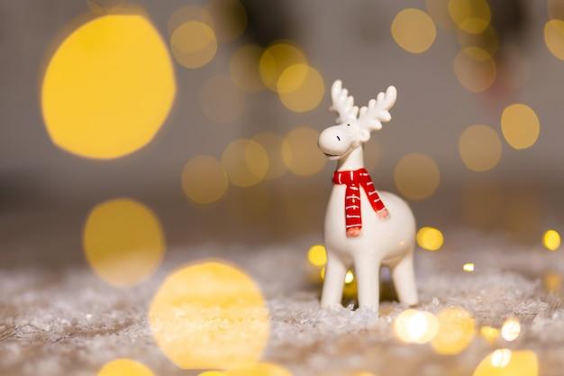 Dekoracyjne figurki świąteczne, jeleń, dekoracja choinki, Premium Zdjęcia
