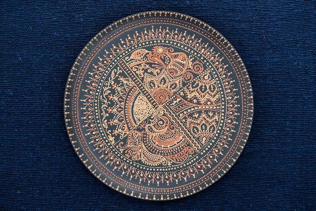Dekoracyjny Talerz Ceramiczny W Kolorach Czarnym I Złotym Premium Zdjęcia