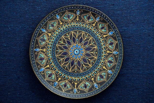 Dekoracyjny Talerz Ceramiczny W Kolorach Czarnym, Niebieskim I Złotym Premium Zdjęcia