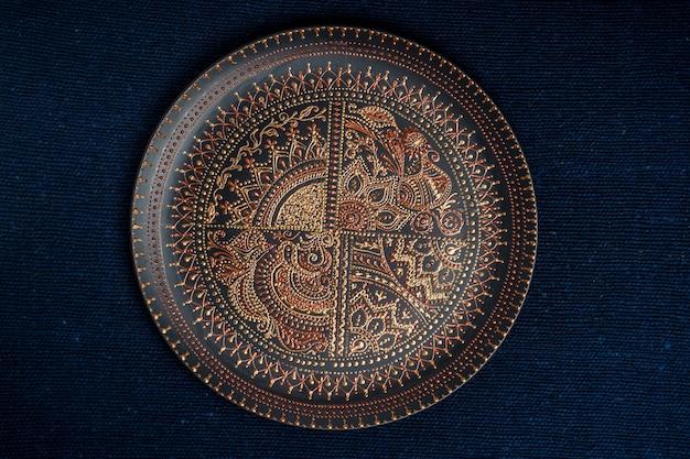 Dekoracyjny Talerz Ceramiczny W Kolorze Czarnym I Złotym Premium Zdjęcia
