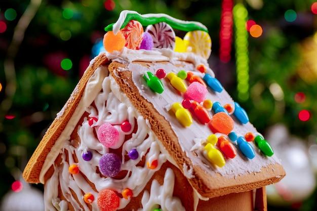 Dekorujący Piernikowy Cukierek Z Powierzchnią Choinki Premium Zdjęcia