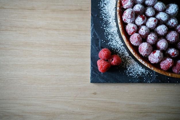 Delikatna Tarta Malinowa Z Cukrem Pudrem I Miejscem Na Tekst Premium Zdjęcia