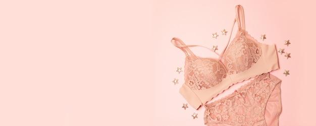 Delikatnie różowa koronkowa bielizna z różowym wzorem w gwiazdki Premium Zdjęcia