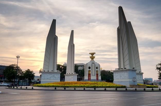 Demokracja zabytek bangkok, tajlandia strzelał przy półmrokiem Premium Zdjęcia
