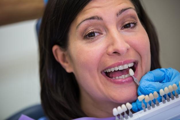 Dentysta Bada Pacjentki Z Odcieniami Zębów Darmowe Zdjęcia