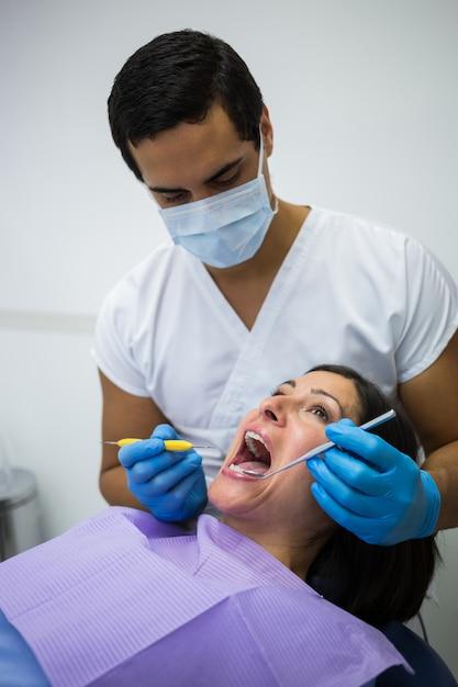 Dentysta Egzamininuje żeńskich Cierpliwych Zęby Darmowe Zdjęcia