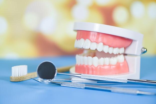 Dentysta narzędzia z bambusową szczoteczką do zębów dentystycznych instrumentów dentystycznych i koncepcji kontroli higienistki dentystycznej Premium Zdjęcia