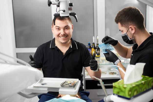 Dentysta Patrzy Z Uśmiechem Premium Zdjęcia