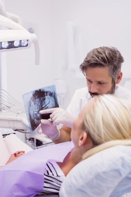 Dentysta Pokazuje Promieniowanie Rentgenowskie Pacjentowi Darmowe Zdjęcia
