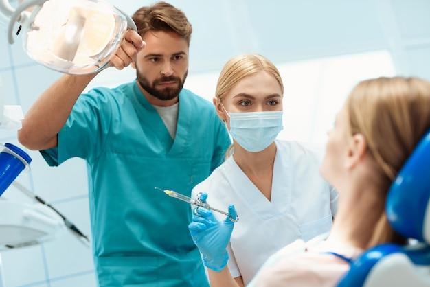 Dentysta Trzyma W Rękach Instrumenty Dentystyczne. Premium Zdjęcia