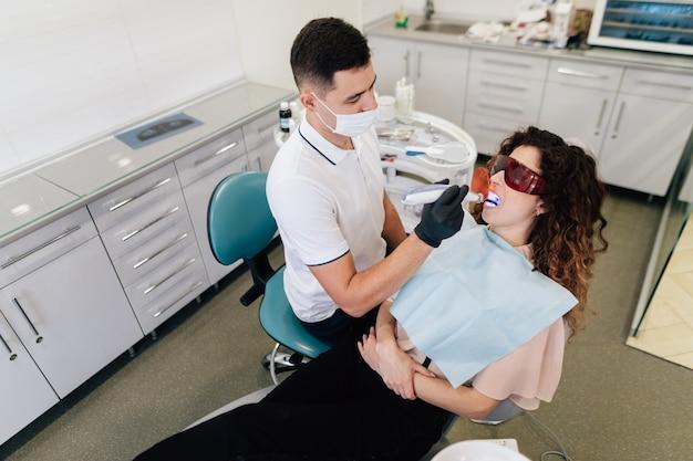 Dentysta wykonuje wybielanie na pacjencie Darmowe Zdjęcia