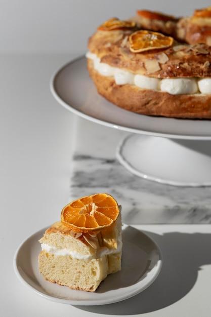 Deser święto Trzech Króli Na Talerzu Z Suszonymi Cytrusami Premium Zdjęcia