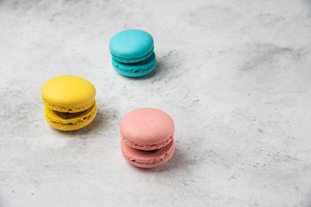 Deser Trzy Kolorowe Macarons Na Białym Tle. Darmowe Zdjęcia