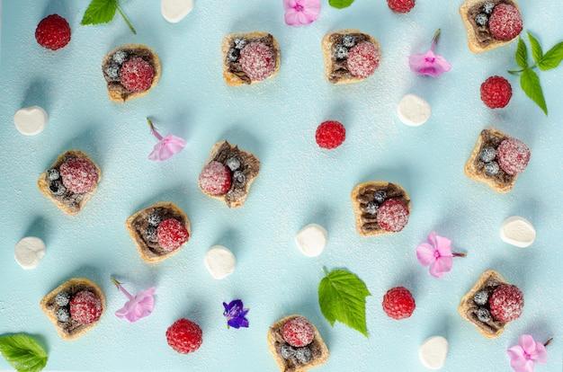 Desery z kremem czekoladowym z orzechami laskowymi i jagodami Premium Zdjęcia