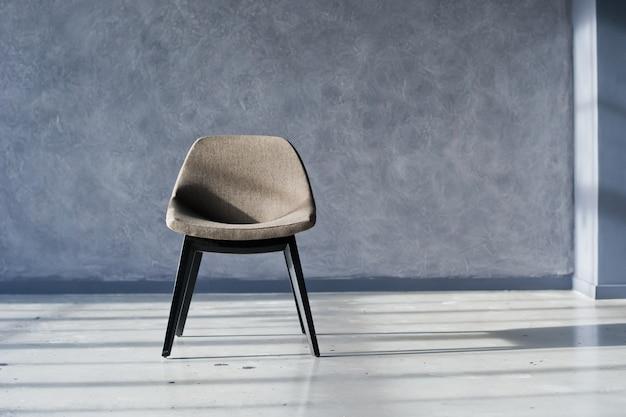 Designerskie krzesło we wnętrzu czarnego loftu studio Premium Zdjęcia
