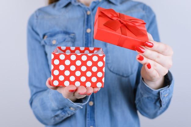 Desire Romantyczna Zabawa Radość Kamera Czapka Boże Narodzenie Nowy Rok Walentynki Przyjaciel Rodzina Mały Ty Osoba Ludzie Koncepcja Wieku Nastolatków. Przycięte Zdjęcie Z Bliska Prezent Na Białym Tle Na Szarej ścianie Premium Zdjęcia