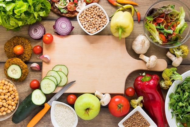 Deska Do Krojenia Otoczona Warzywami Darmowe Zdjęcia