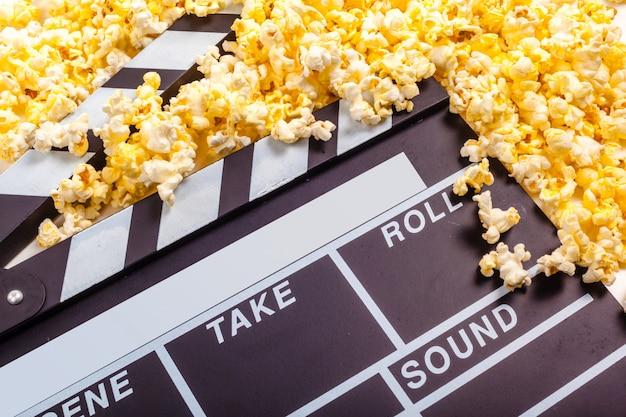 Deska grzechotkowa do filmu i kukurydza pop Premium Zdjęcia
