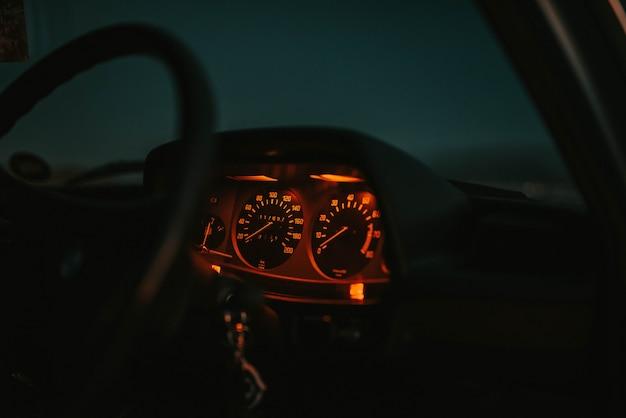 Deska Rozdzielcza Samochodu świeci Na Czerwono Z Kierownicą W Nocy Darmowe Zdjęcia