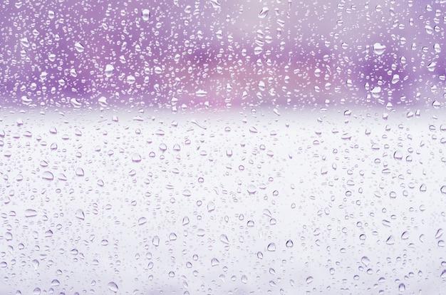 Deszcz Krople I Zamarznięta Woda Na Nadokiennego Szkła Tle, Purpurowy Tonowanie Premium Zdjęcia