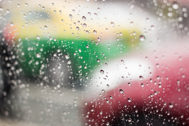 Deszcz spada na przednią szybę na ulicach bangkoku. Premium Zdjęcia