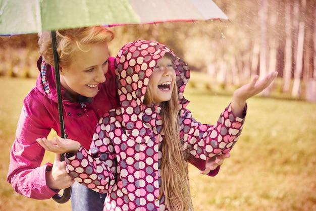 Deszczowa Pogoda, Ale Jesteśmy Tacy Szczęśliwi Darmowe Zdjęcia