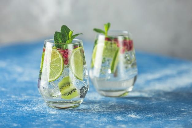 Detox Toniczny Koktajl Z Martini Z Kiwi, Limonką I Lodem, Dekoracyjnym Granatem I Miętą Premium Zdjęcia