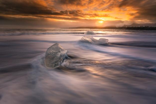 Diamentowa Plaża Lodowa Obok Lodowca Laguny Jokulsarlon Od Lodowca Vatnajökull Na Południu Islandii. Premium Zdjęcia