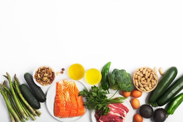 Dieta Ketogeniczna, Ketonowa, W Tym Warzywa, Mięso I Ryby, Orzechy I Olej Na Białym Tle Z Miejsca Kopiowania Premium Zdjęcia