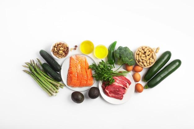 Dieta Ketogeniczna, Ketonowa, W Tym Warzywa, Mięso I Ryby, Orzechy I Olej Na Białym Tle Premium Zdjęcia