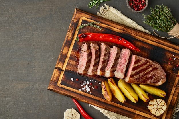 Dieta Ketogeniczna Z Dietą Ketogeniczną, Grillowana Striploina Na Desce Do Krojenia Premium Zdjęcia