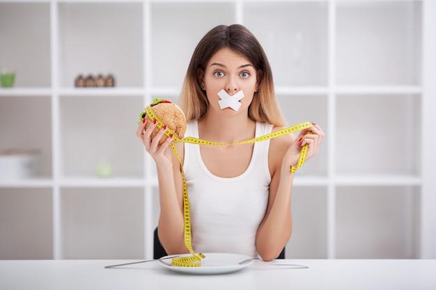 Dieta. pojęcie zdrowego i niezdrowego odżywiania Premium Zdjęcia