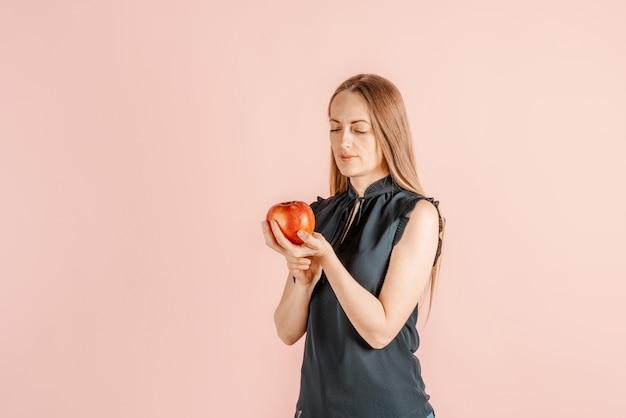 Dieta, Zdrowsze Odżywianie. Piękna Dziewczyna Trzyma Jabłka W Jej Rękach, Menchii ściana. Radość Ze Zdrowego Stylu życia. Owoc. Premium Zdjęcia