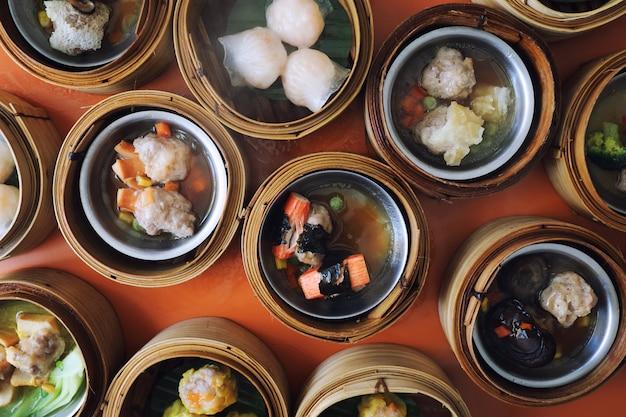 Dim sum na drewniany kosz, chińskie jedzenie widok z góry Premium Zdjęcia
