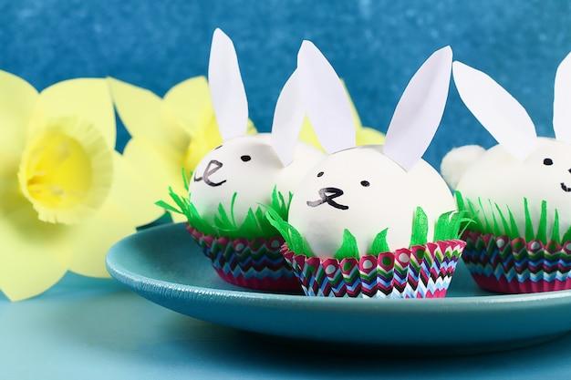 Diy Królik Od Easter Jajek Na Błękitnym Tle. Pomysły Na Prezenty, Wystrój Wielkanoc, Wiosna. Wykonany Ręcznie. Premium Zdjęcia