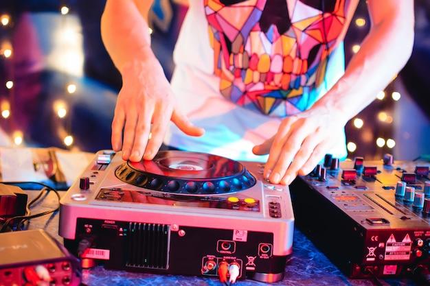 Dj w klubie nocnym przynosi muzykę na konsolę Premium Zdjęcia