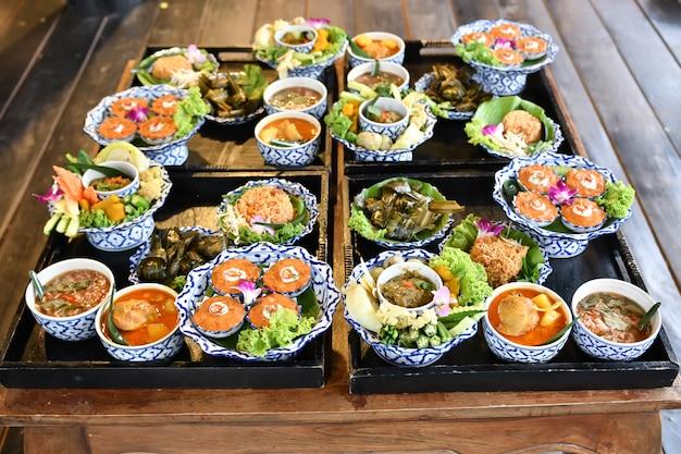 Dla zagranicznych turystów serwowane są świeże chili i curry. Premium Zdjęcia