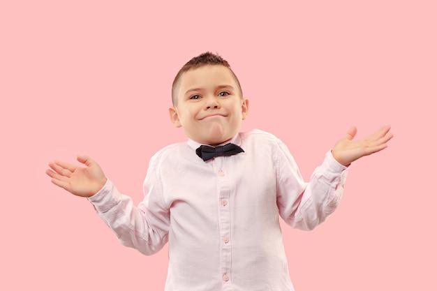 Dlaczego. Piękny Męski Portret W Połowie Długości Na Białym Tle Na Modnym Różowym Tle. Młody Emocjonalnie Zaskoczony, Sfrustrowany I Oszołomiony Nastolatek Darmowe Zdjęcia