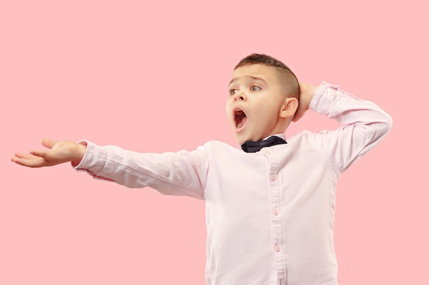 Dlaczego. Piękny Męski Portret W Połowie Długości Na Białym Tle Na Tle Modnego Różowego Studia. Młody Emocjonalnie Zaskoczony, Sfrustrowany I Oszołomiony Nastolatek. Ludzkie Emocje, Koncepcja Wyrazu Twarzy. Darmowe Zdjęcia