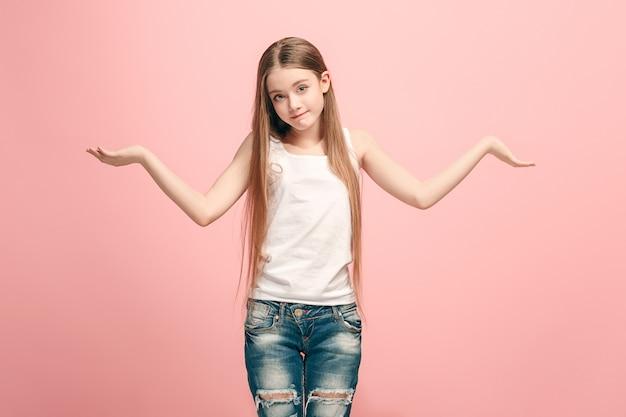 Dlaczego. Piękny Portret Kobiety W Połowie Długości W Modnym Różowym Studio Darmowe Zdjęcia