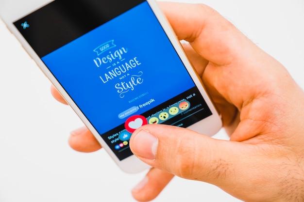 Dłoń Z Telefonu, Naciskając Przycisk Podobny W Facebooku Premium Zdjęcia