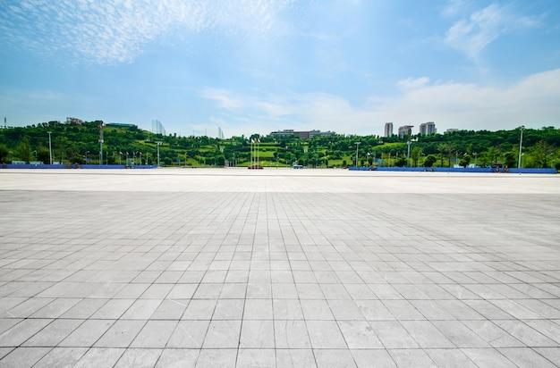 Długa Pusta ścieżka W Nowoczesnym Placu Miasta Z Panoramą Miasta Darmowe Zdjęcia