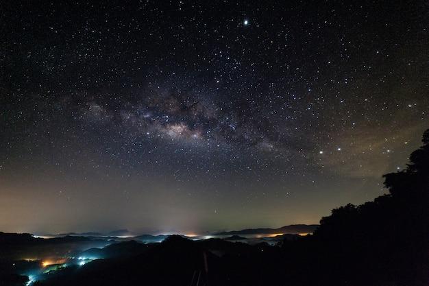 Długi Ujawnienie Nocy Fotografia Z Milky Sposobem W Phang-nga Thailand Premium Zdjęcia
